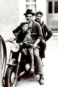 Vor der automobilen Zeit war die Firma auf dem Motorrad im Einsatz